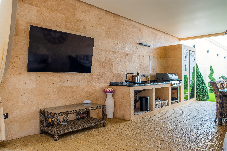 Общий вид встроенной кухни в пристройку частного дома