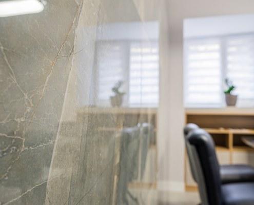 Плитка на стене в переговорной в офисе после ремонта