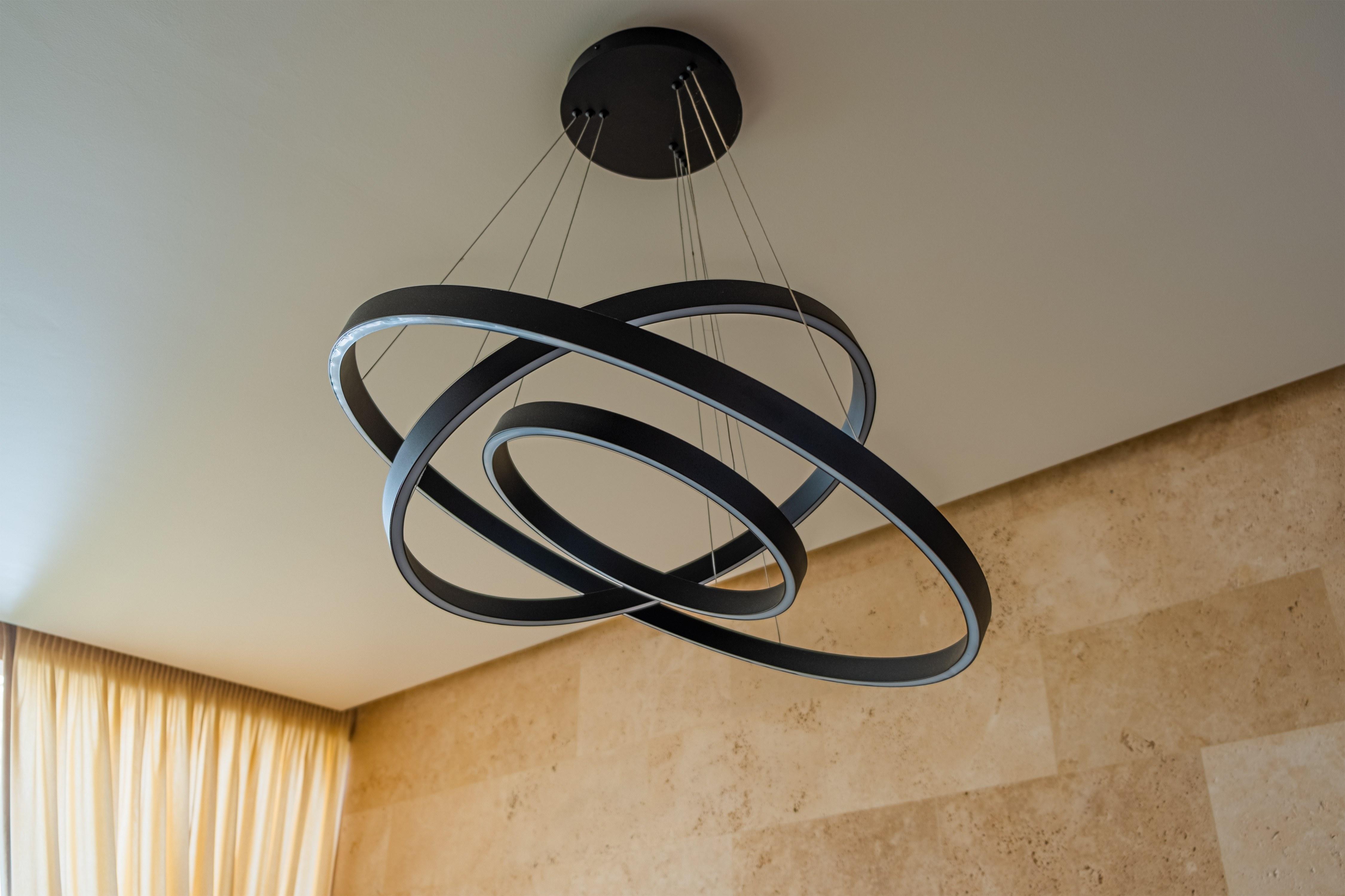 Светильник внутри пристройки элитного частного дома