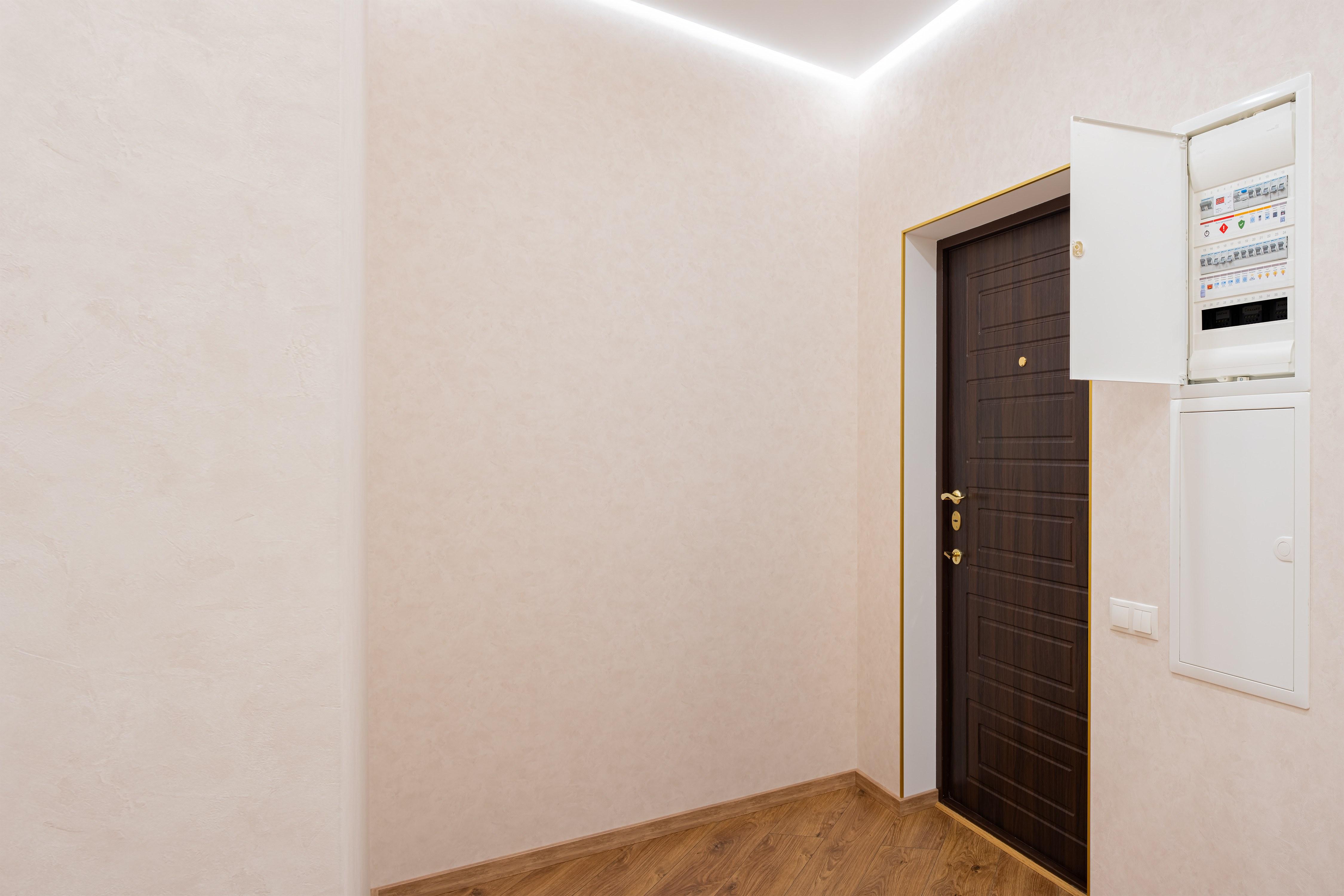 Вход в квартиру и щитовая после ремонта квартиры в Одессе