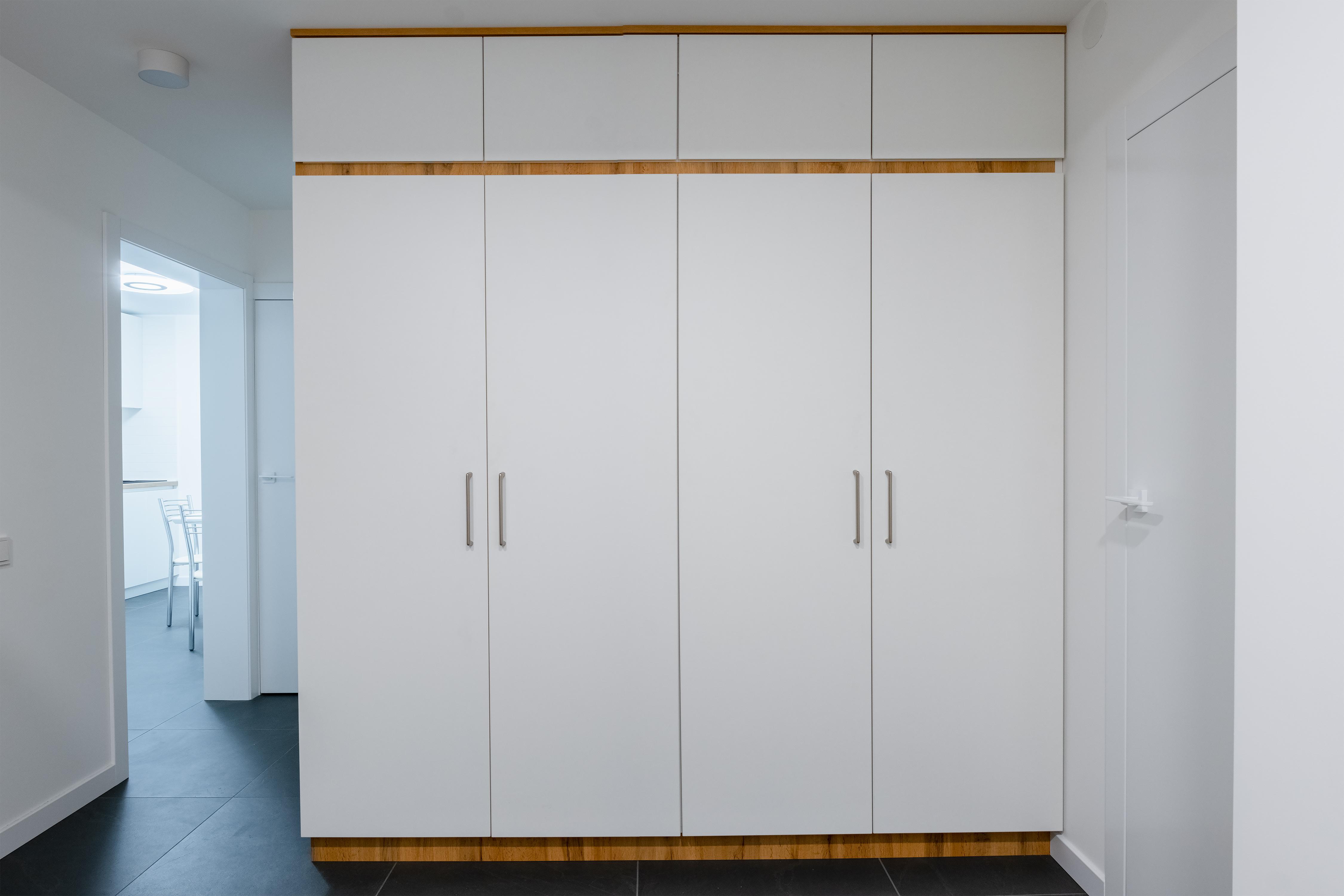 Шкаф в коридоре в квартире после ремонта Одесса