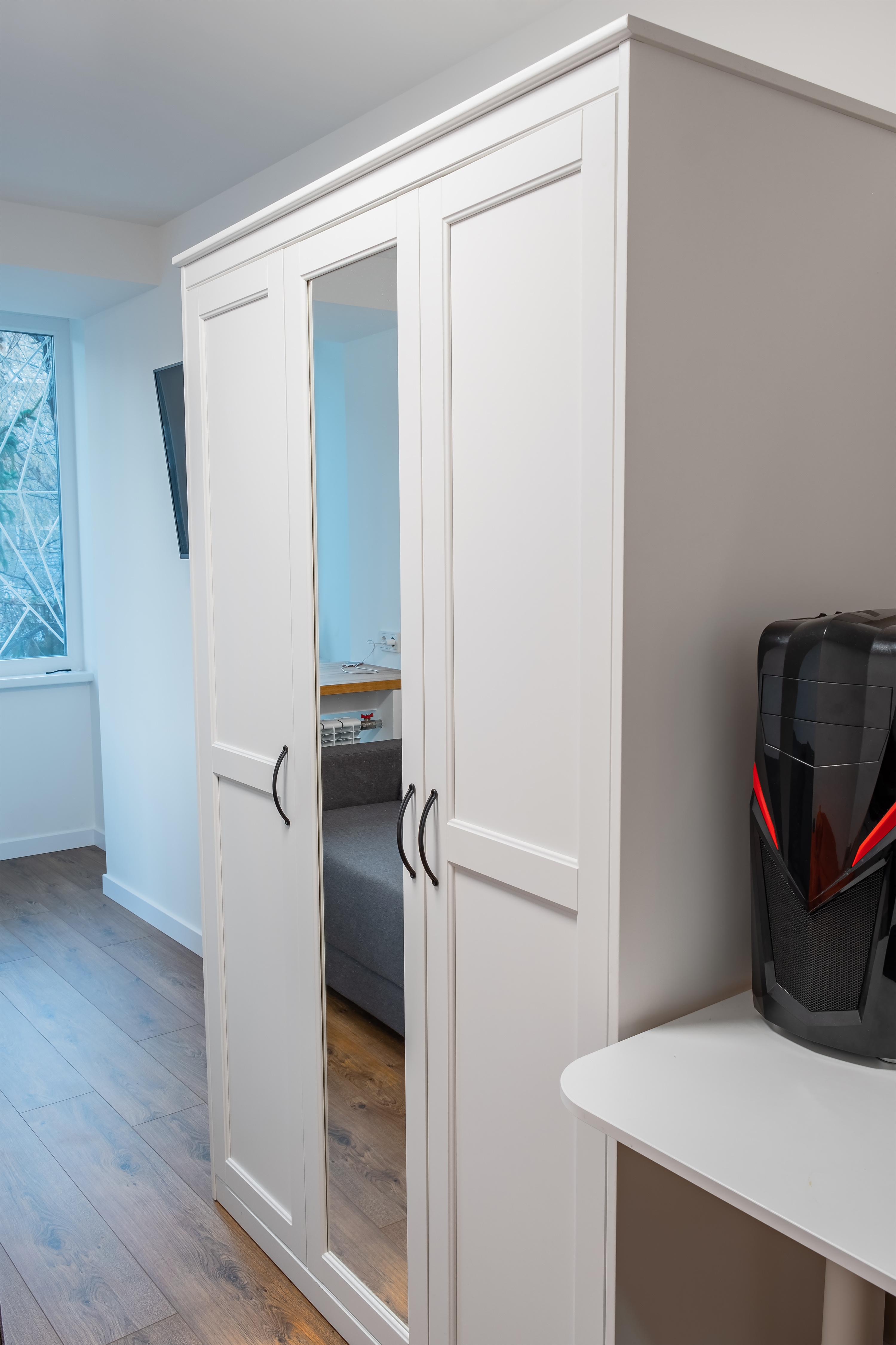 Шкаф в спальне после ремонта квартиры в Одессе