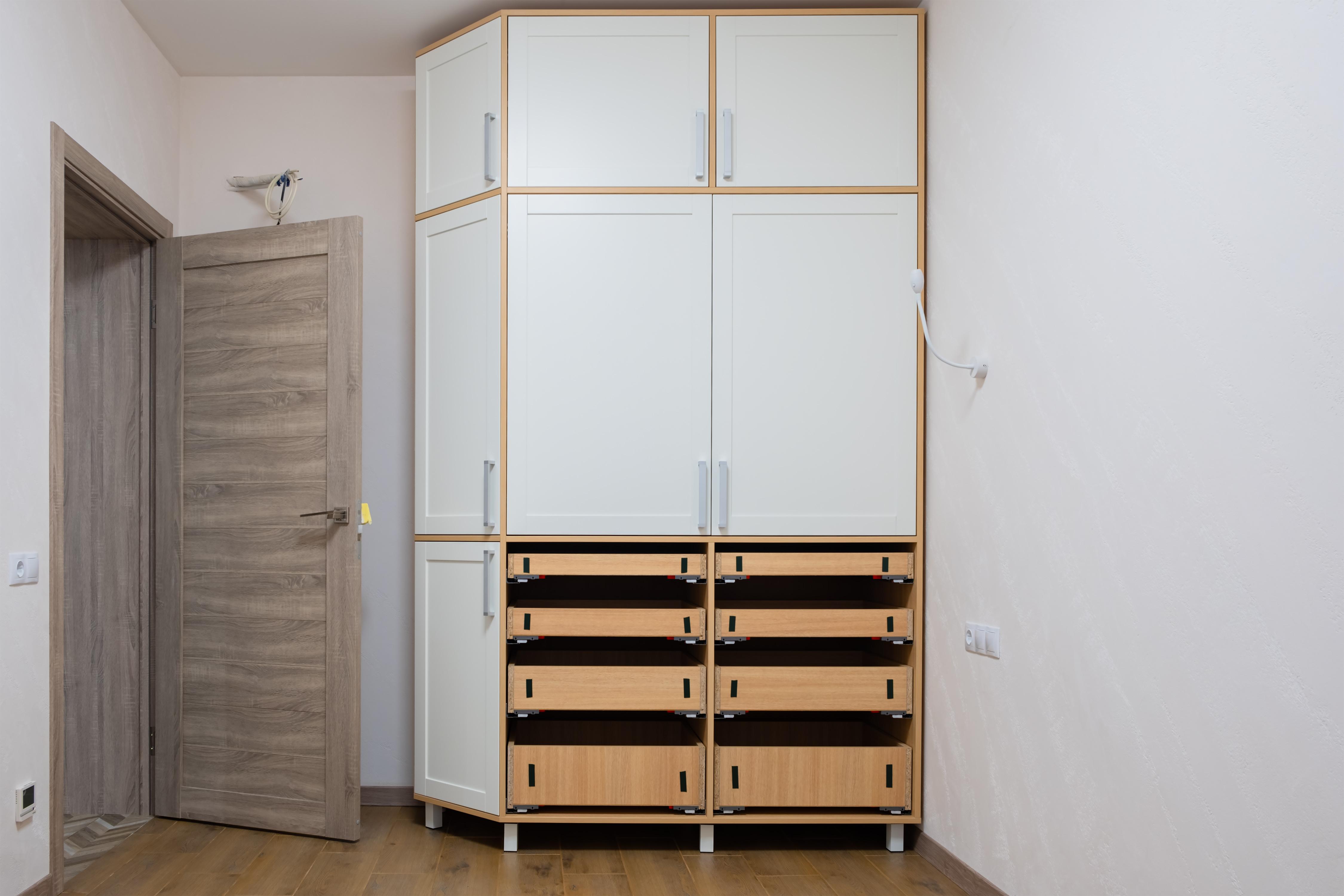 Шкаф в спальне после ремонта в старом фонде
