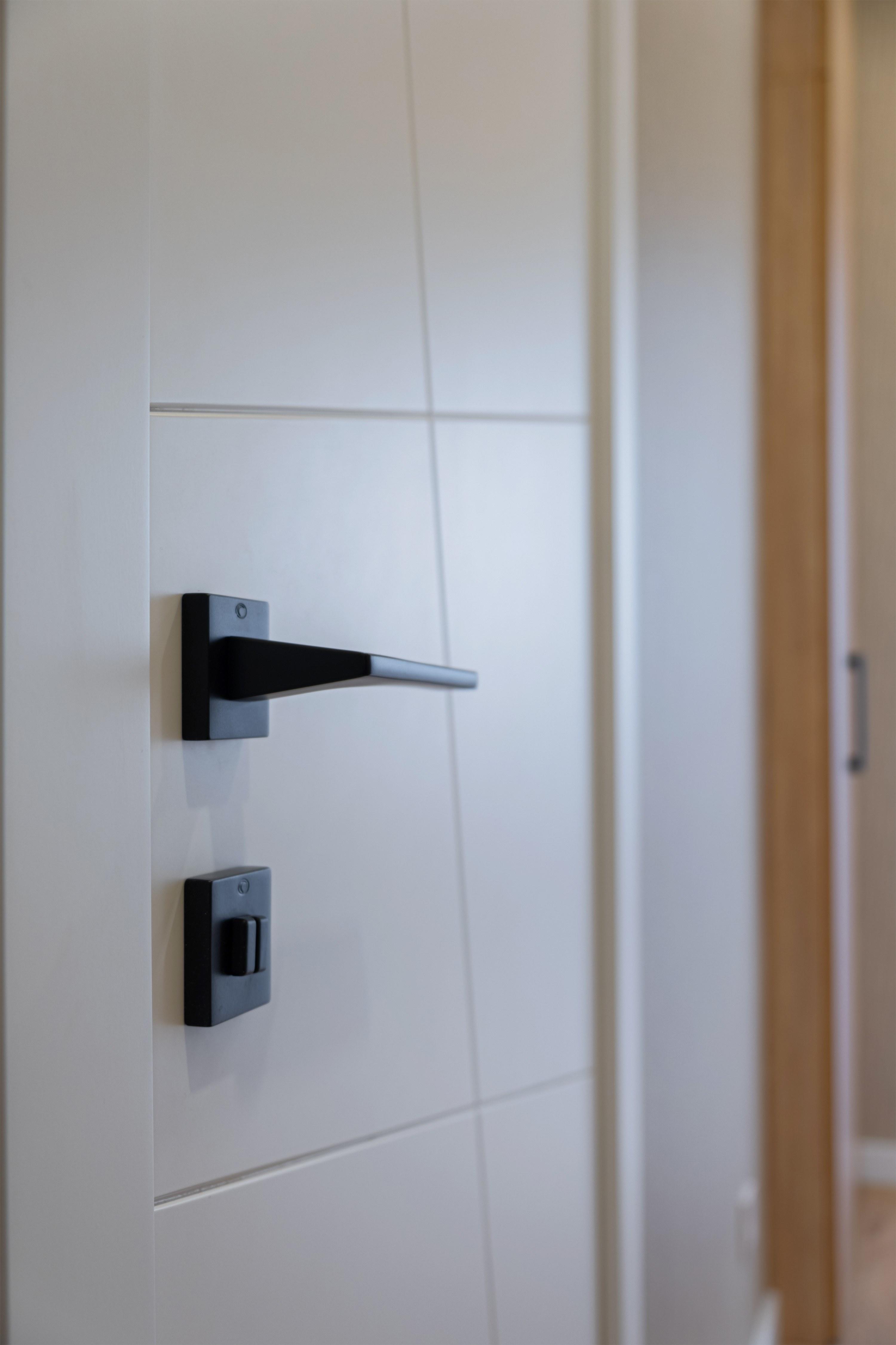 Межкомнатные двери после ремонта в ЖК ОМЕГА