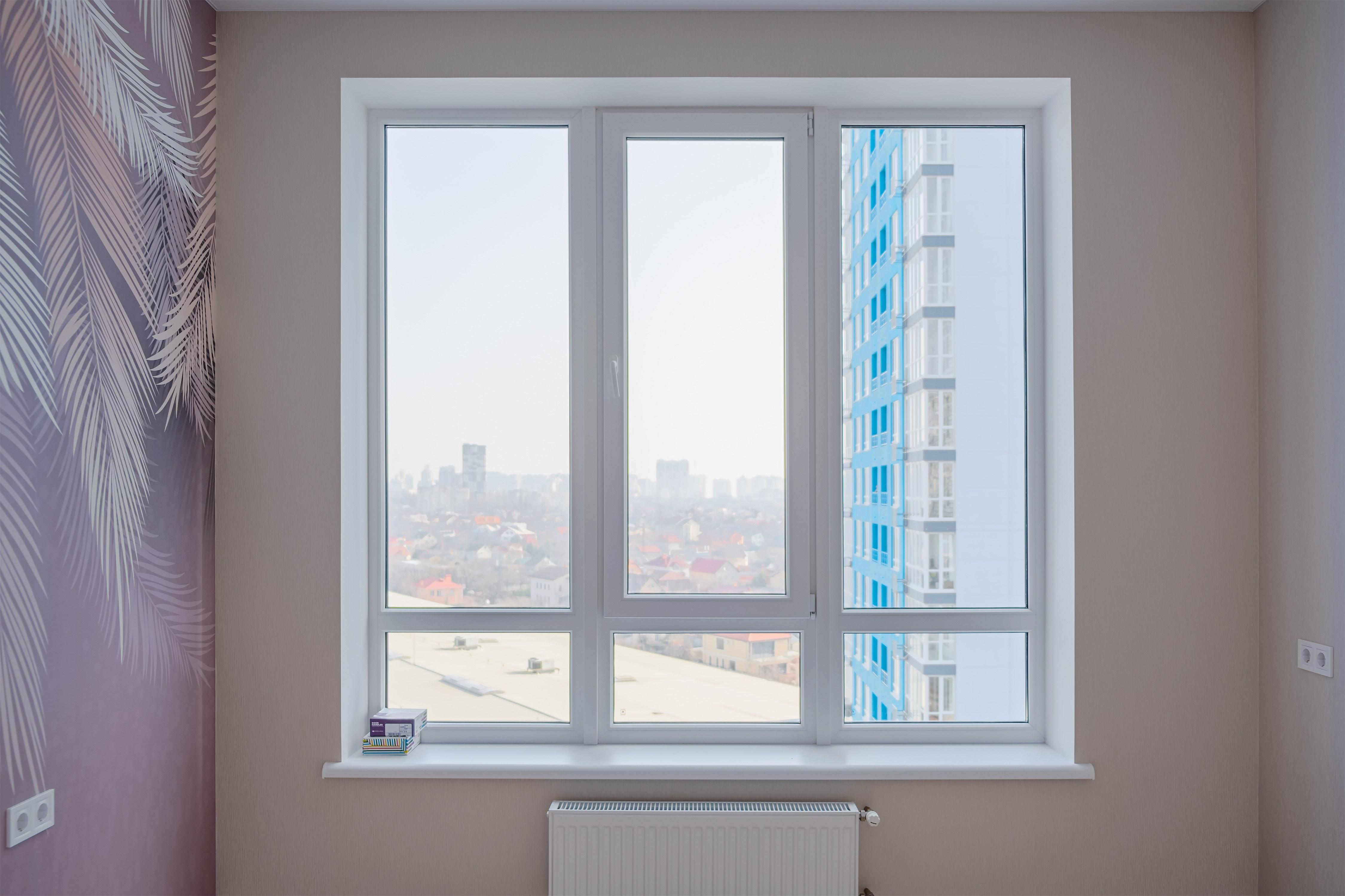 Вид на окно в спальне