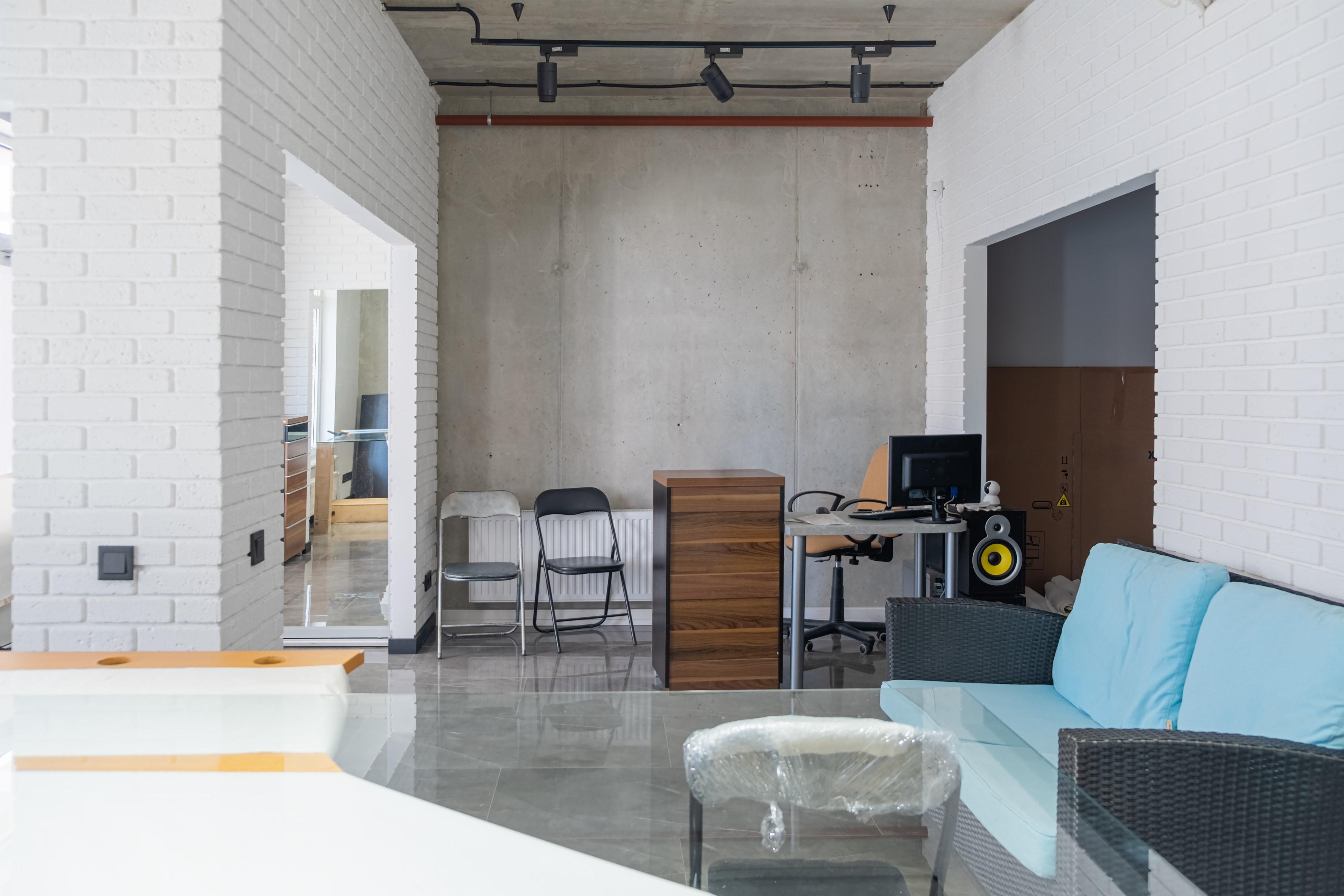 Рабочее место менеджера в офисе после ремонта в стиле Лофт
