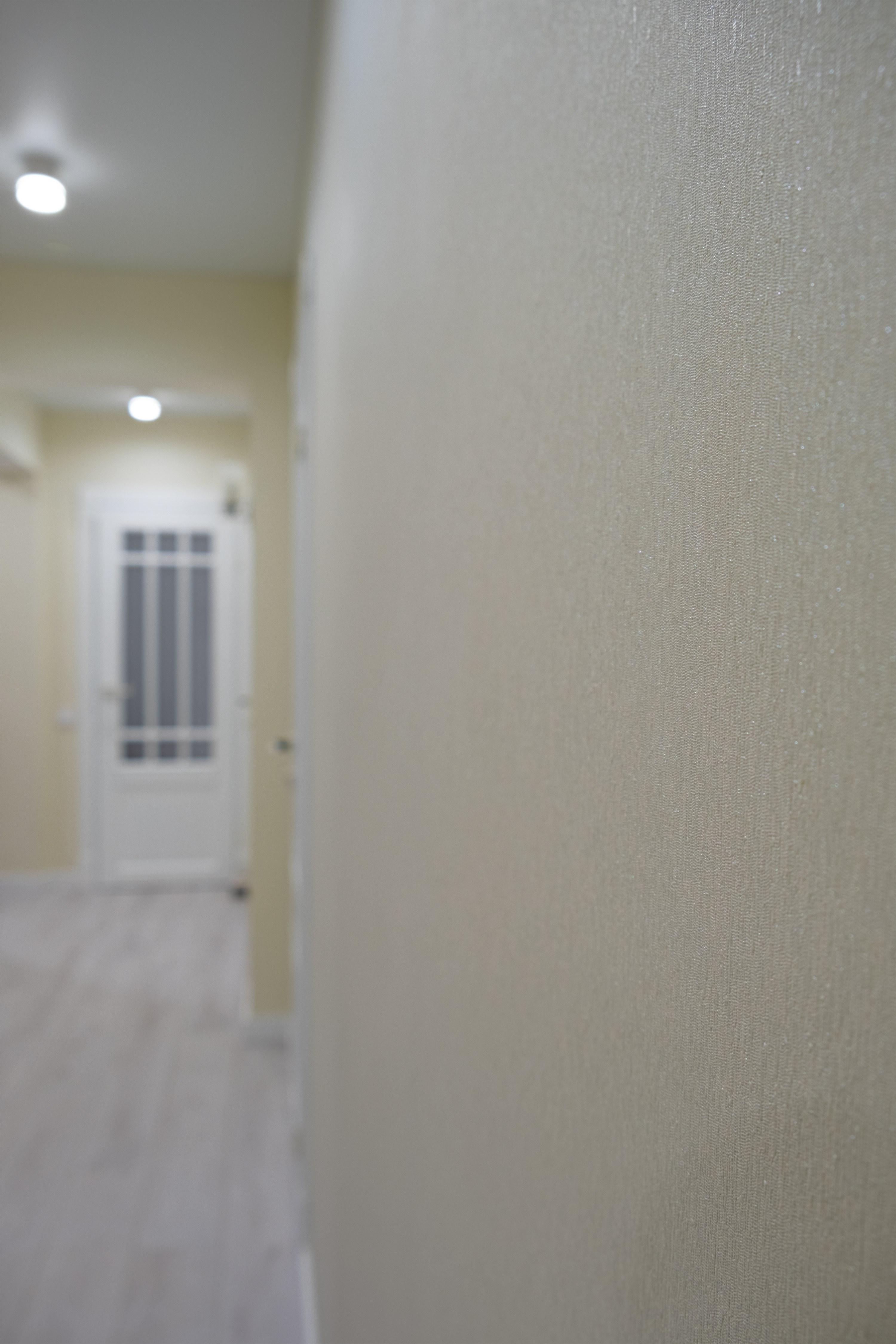 Качество поклейки обоев в коридоре после ремонта квартиры