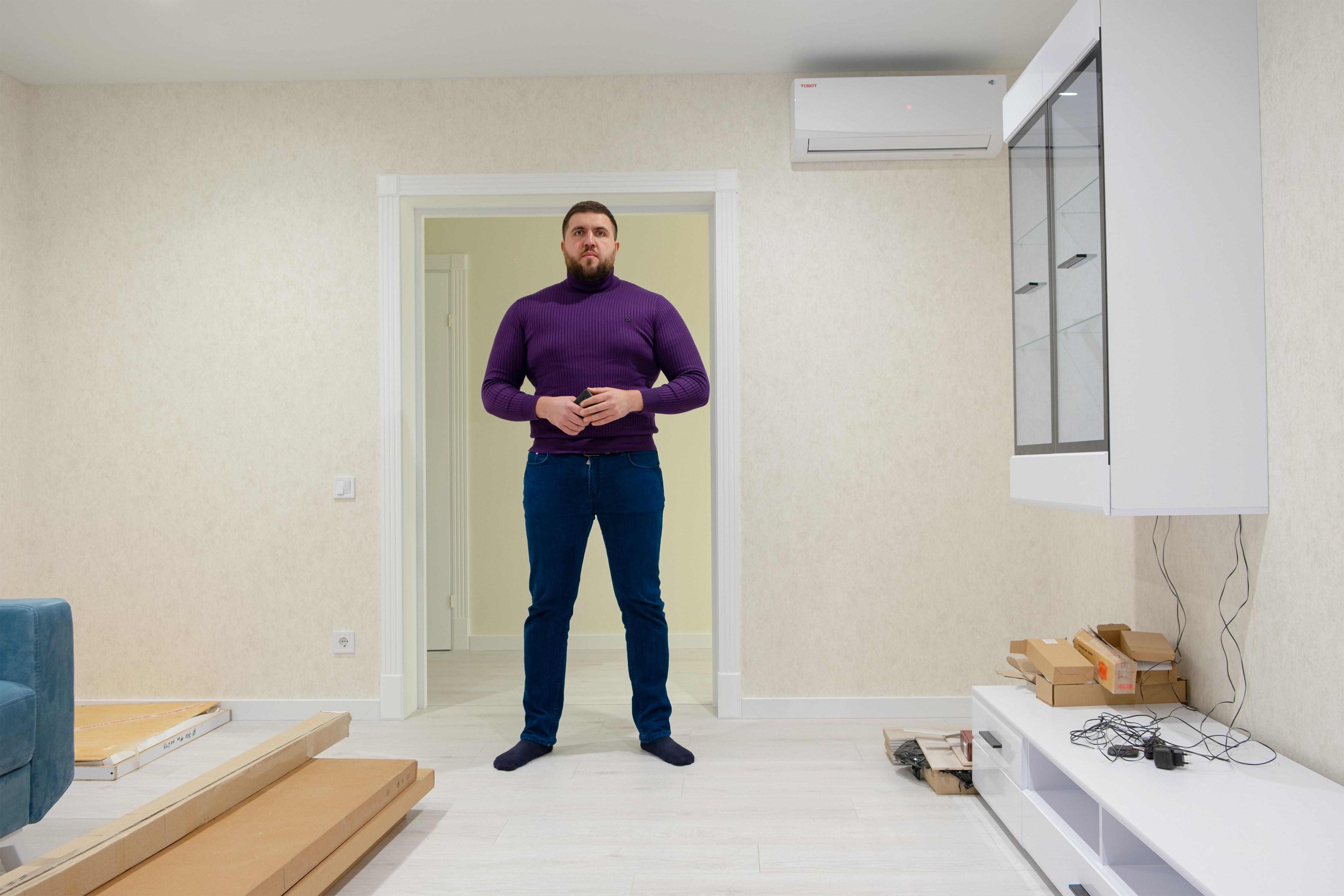 Руководитель проектов Павел в гостиной после ремонта