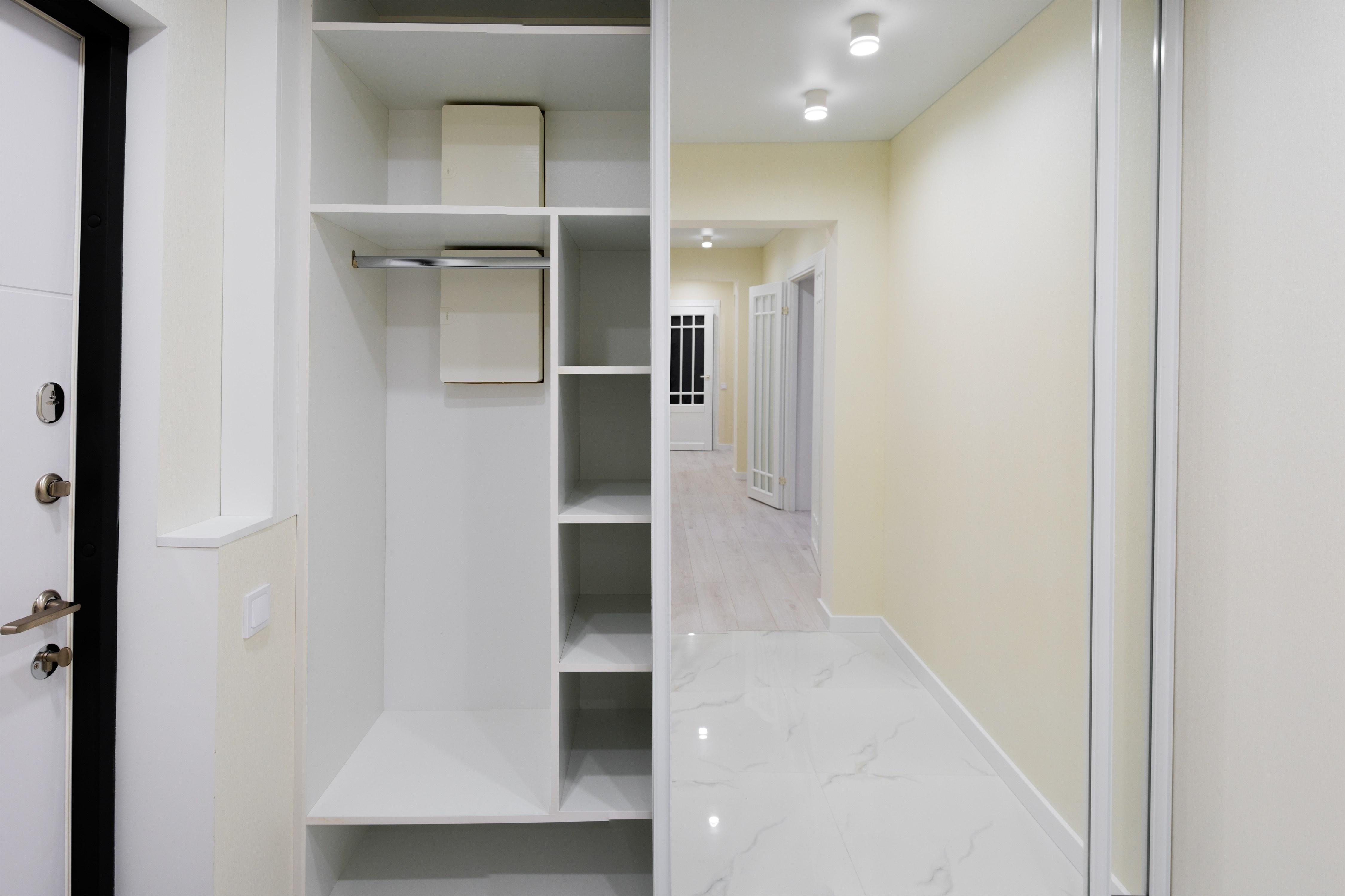 Шкаф в коридоре после комплексного ремонта квартиры