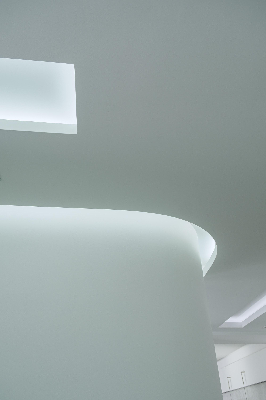Дизайнерский потолок с подсветкой после ремонта в офисе