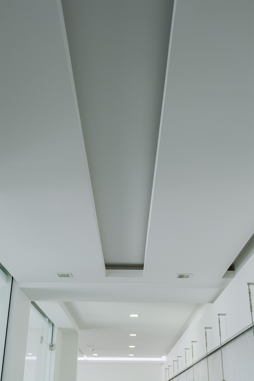 Двухуровневый потолок после ремонта в офисе